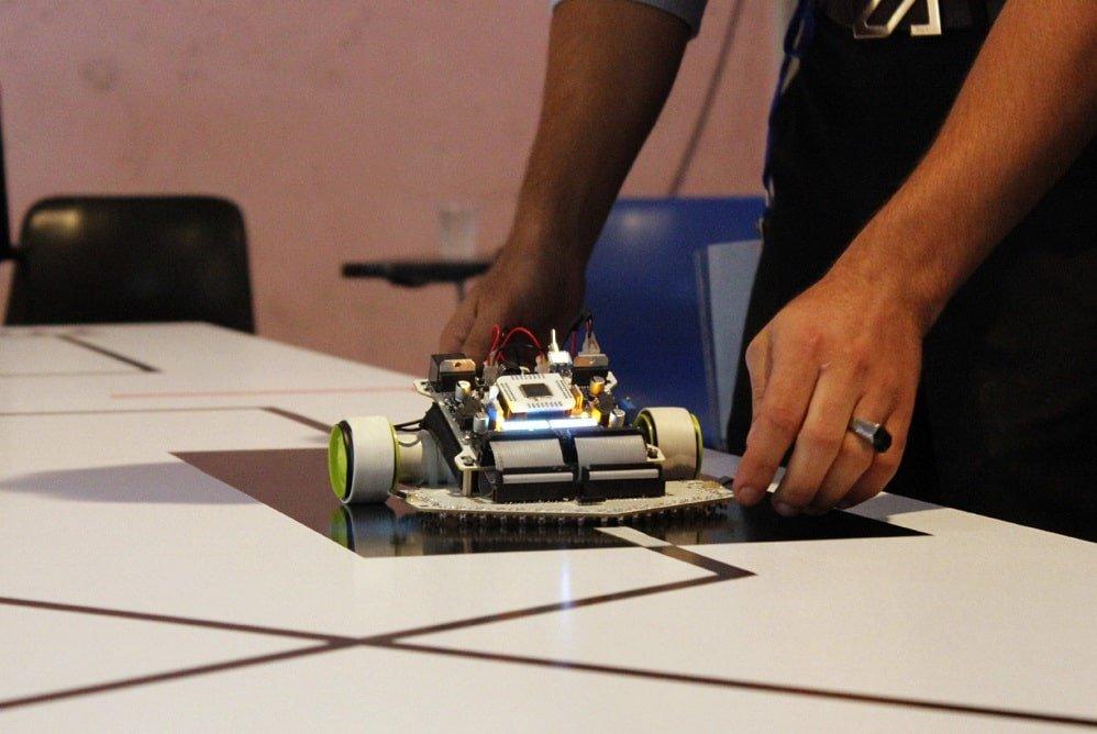 ربات مسیر یاب
